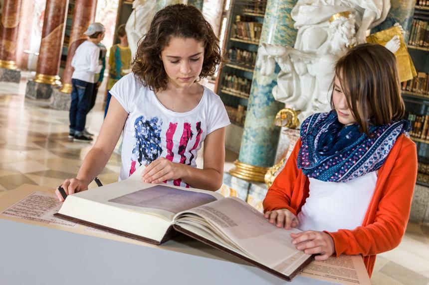 Mädchen beim Museumsbesuch; Foto: Staatliche Schlösser und Gärten Baden-Württemberg, Ortsverwaltung Schussenried