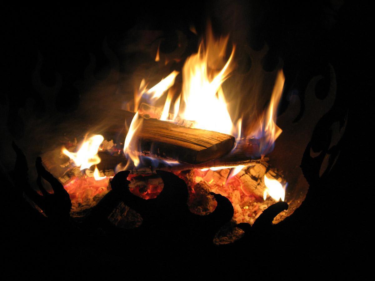 Brennende Holzscheite; Foto: Staatliche Schlösser und Gärten Baden-Württemberg, Julia Haseloff