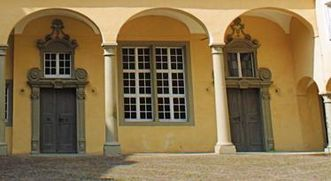 Detail des Innenhofes von Schloss ob Ellwangen mit Zugang zur Schlossküche; Foto: Tourist-Information Ellwangen