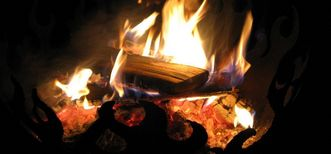 Brennende Holzscheite